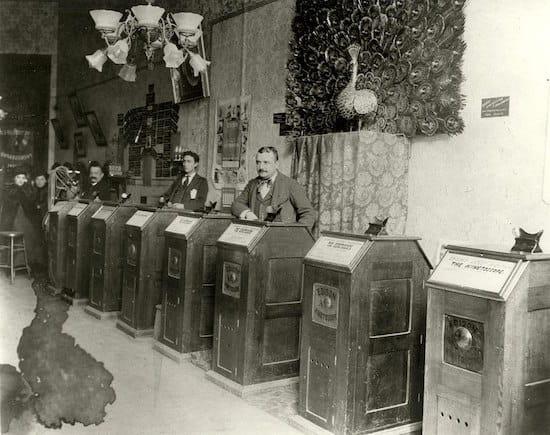 Salón de visionado de kinetoscopios Edison, hacia 1895