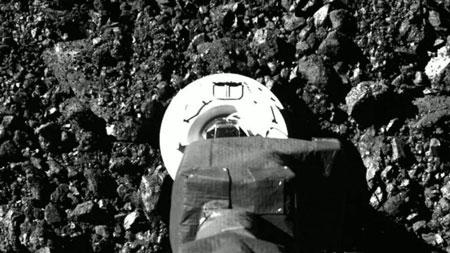 Foto de la maniobra TAG de OSIRIS-REx.