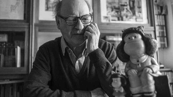 Quino posando frente a Mafalda, hace ya seis años, en el cincuentenario del personaje.